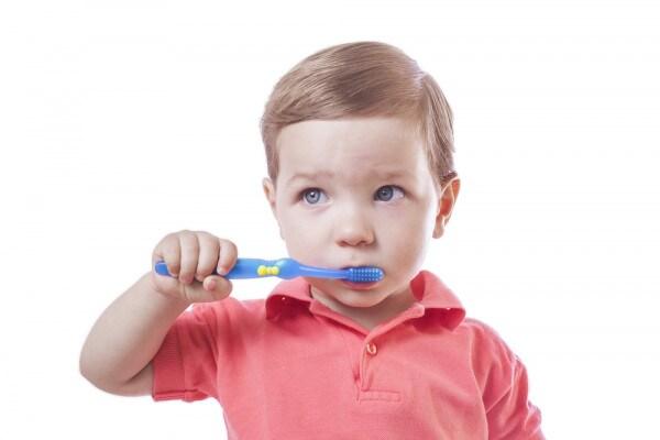 bimbo-lava-i-denti