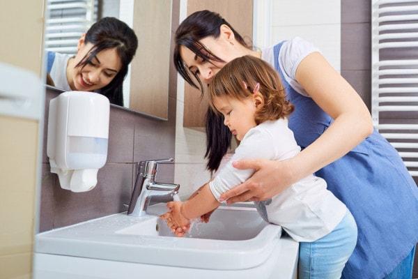 bambina-lava-le-mani
