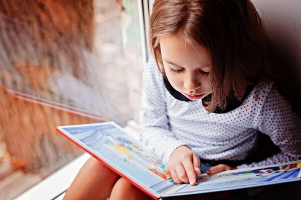 bambina-con-libro