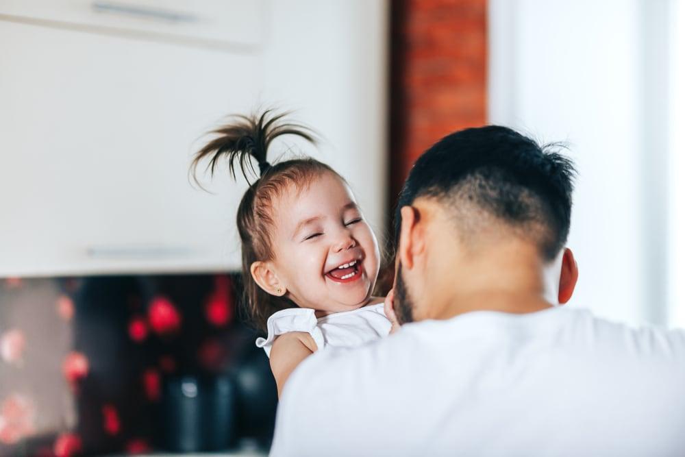 bambina-che-ride