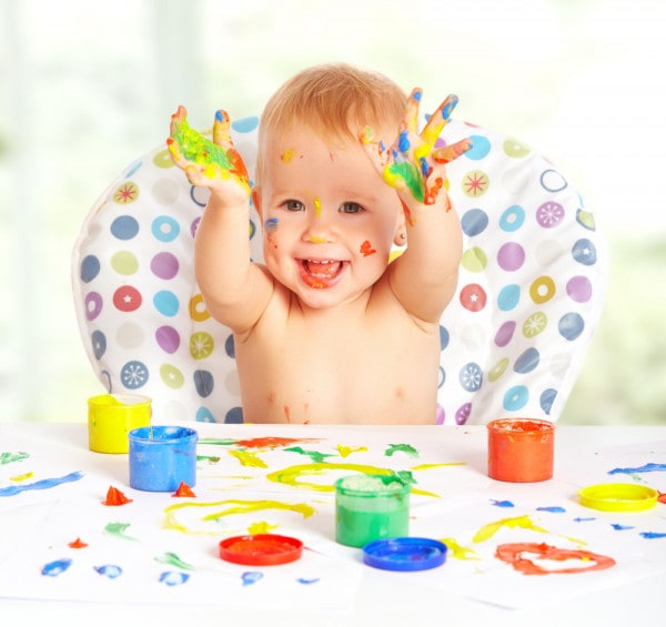 bambino-che-colora-con-le-mani