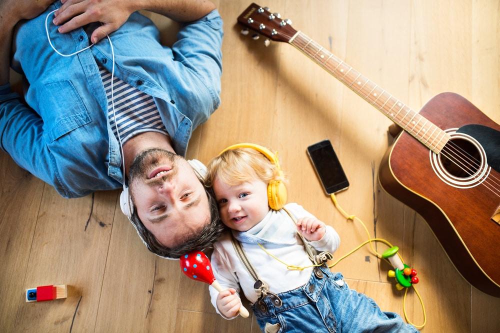 papa-e-bimbo-ascoltano-musica