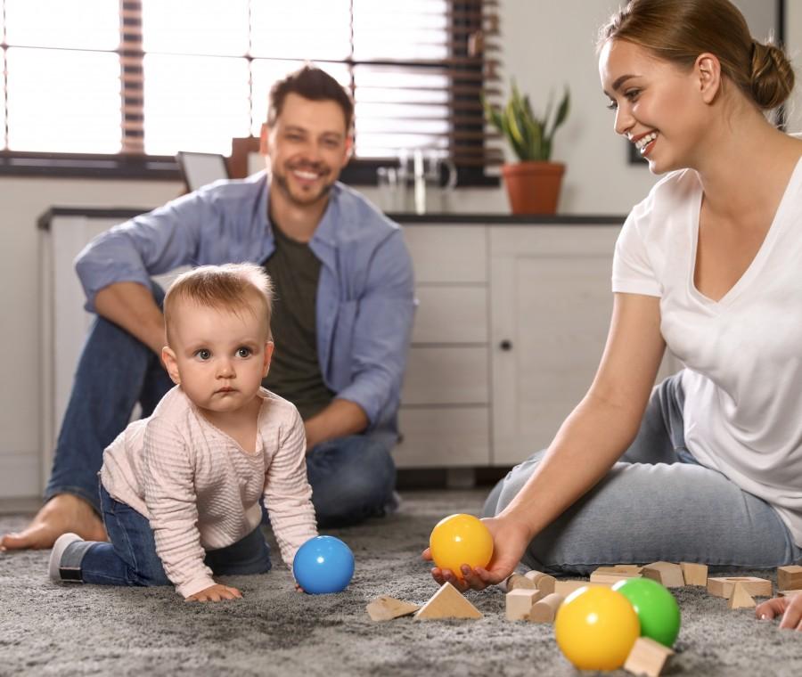 genitori-con-bambina-che-gattona