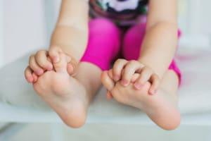 bambina-senza-scarpe