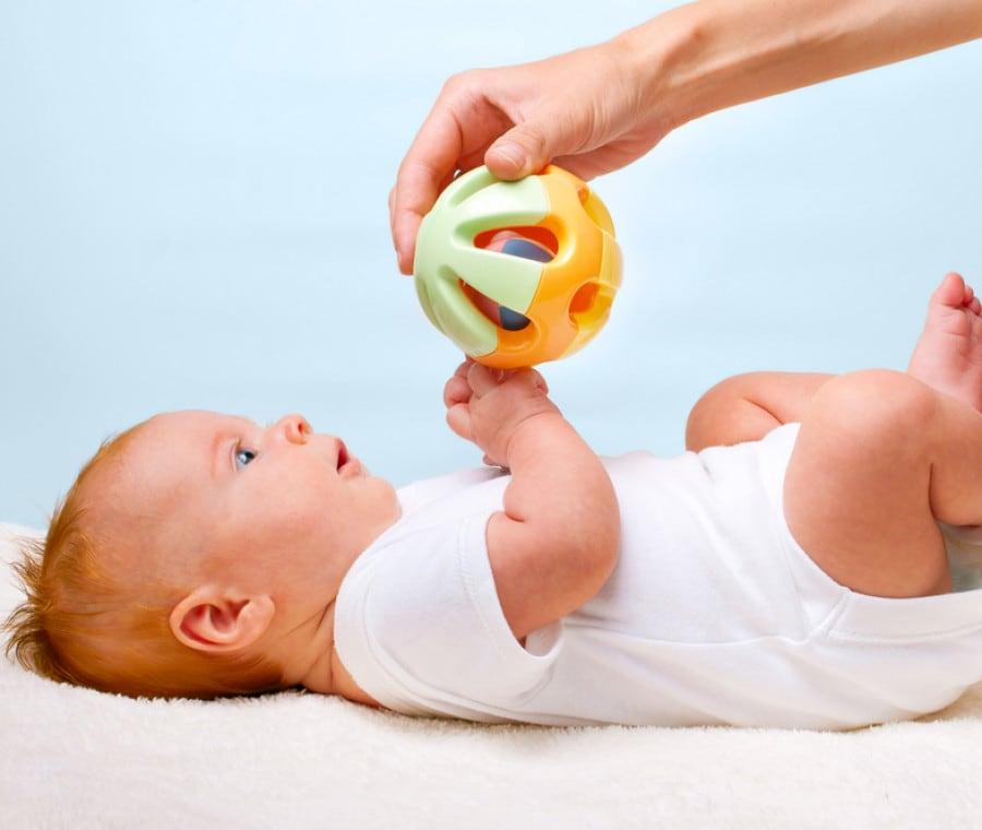 neonato-con-giochino