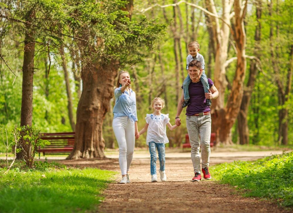famiglia-in-gita-in-un-bosco
