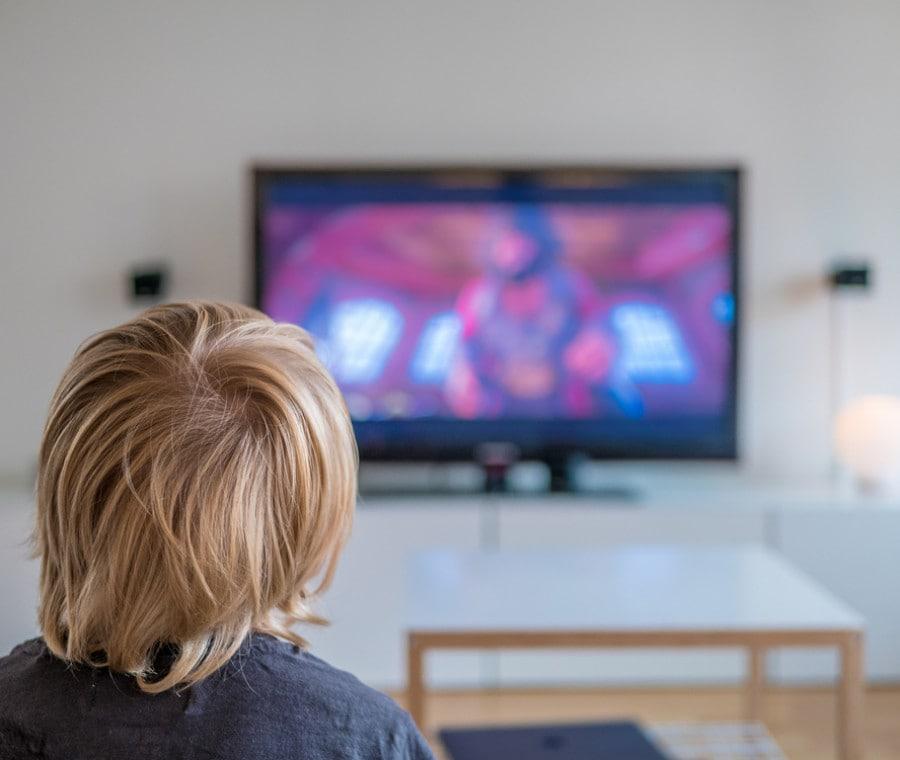 bambino-davanti-alla-tv