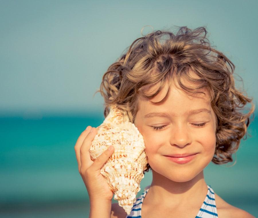 bimba-ascolta-conchiglia