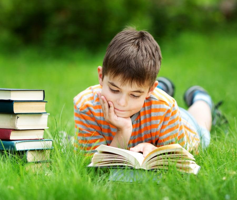 bambino-legge-un-libro