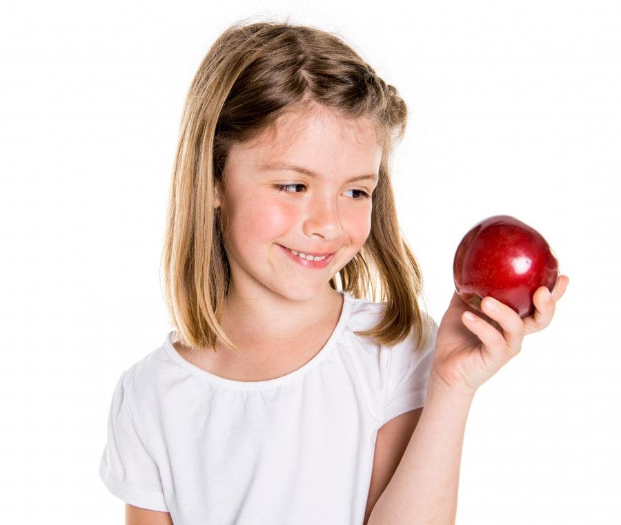 bambina-con-mela