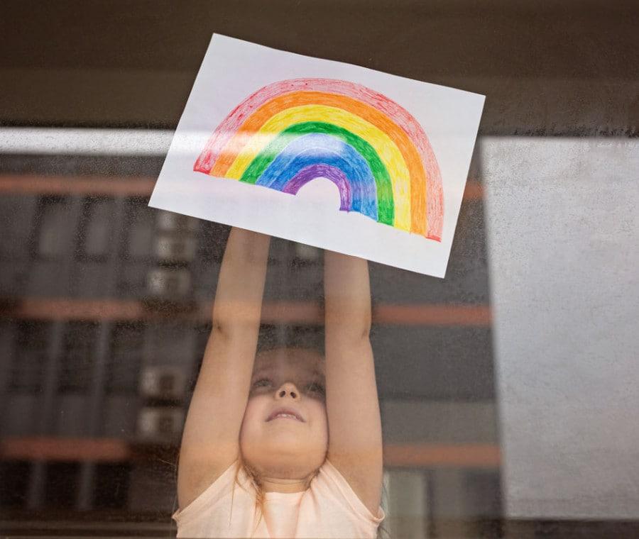 bambina-arcobaleno-e-lockdown