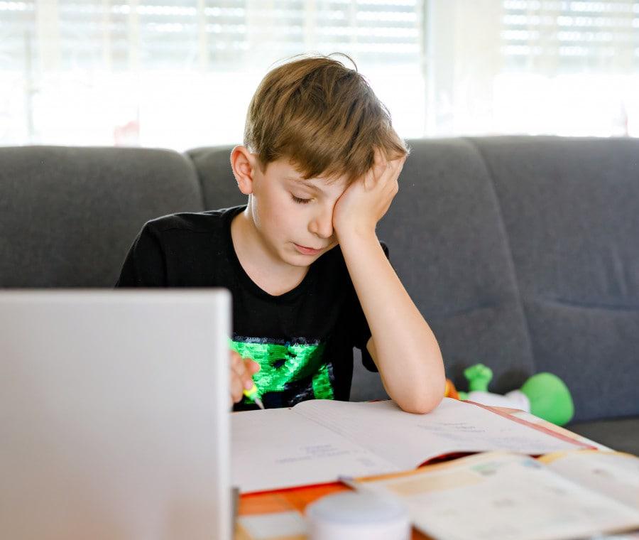 bambino-piange-al-pc