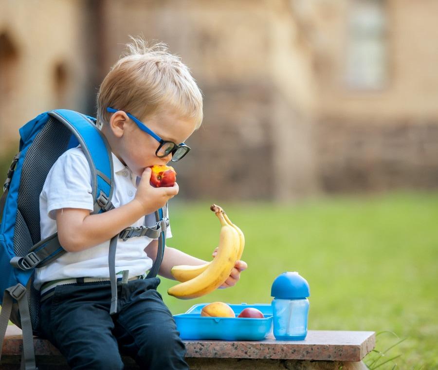 bambino-a-pranzo