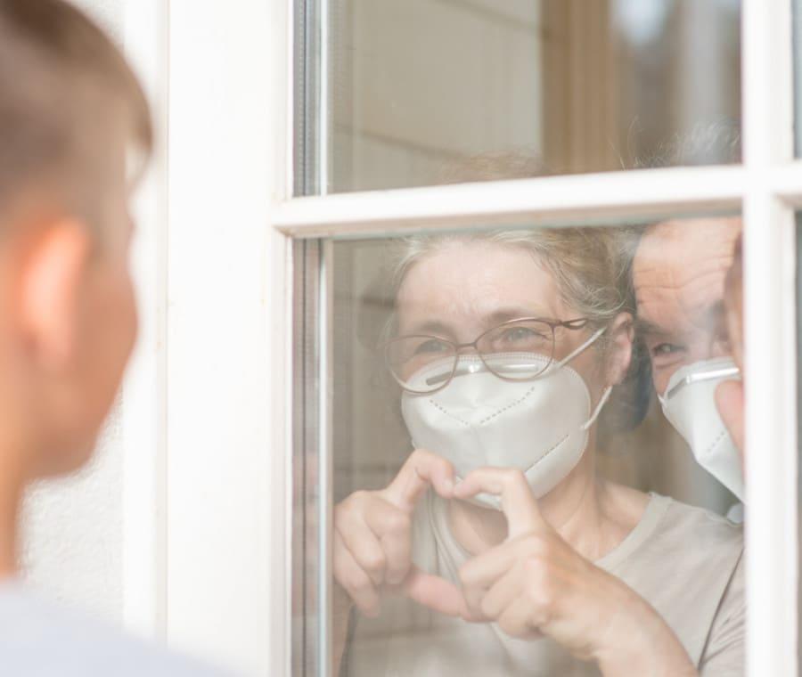 nonni-mascherina-finestra