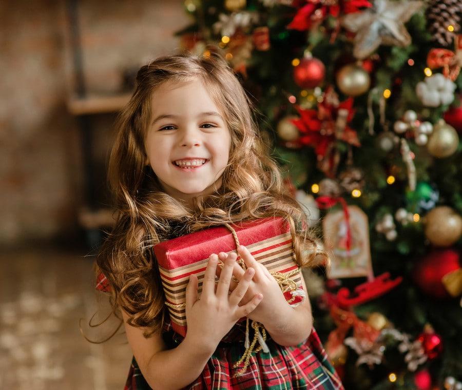 bambina-con-regali