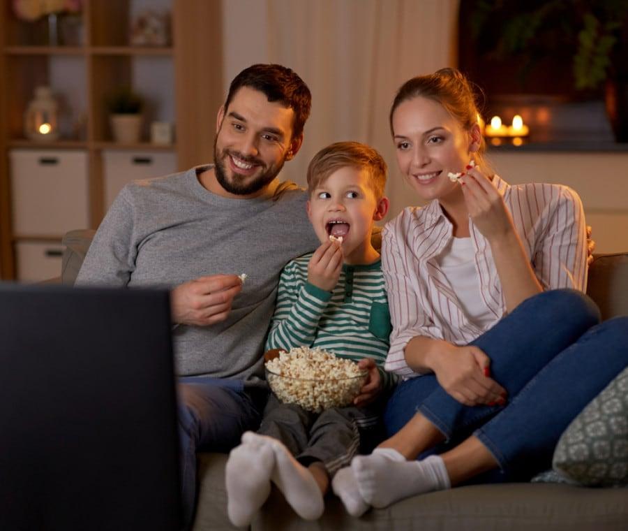 famiglia-guarda-la-tv