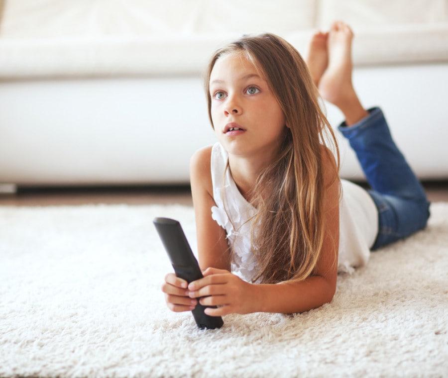 bambina-guarda-tv