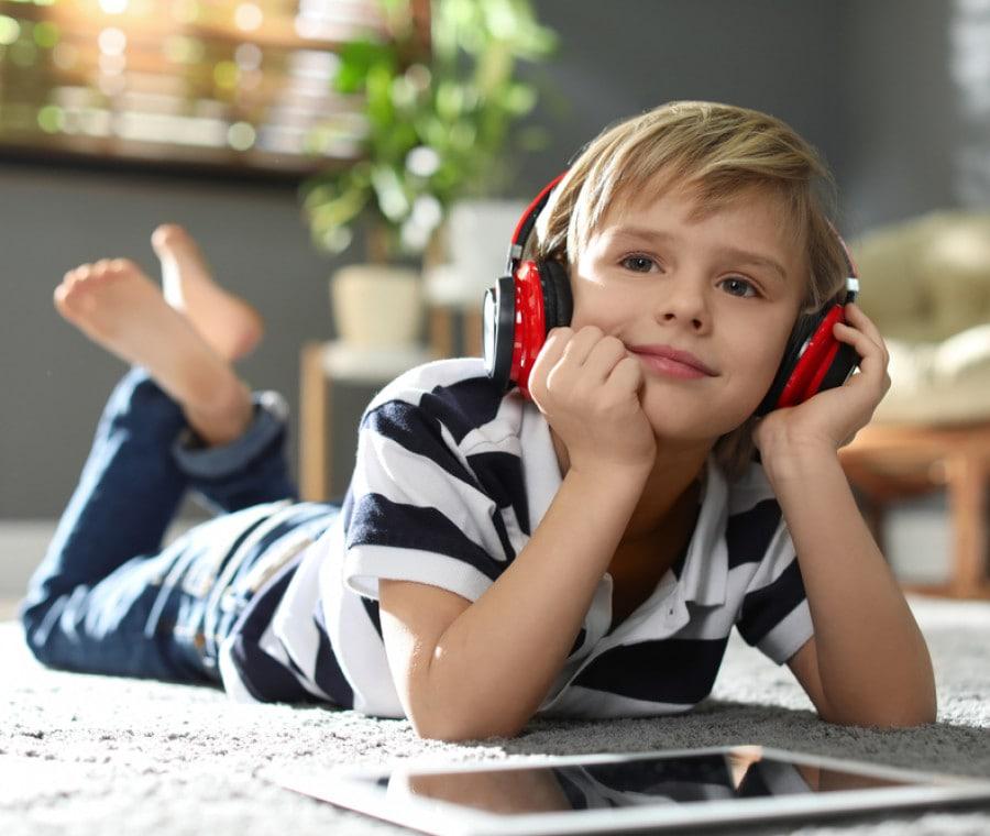 bambino-ascolta-storia