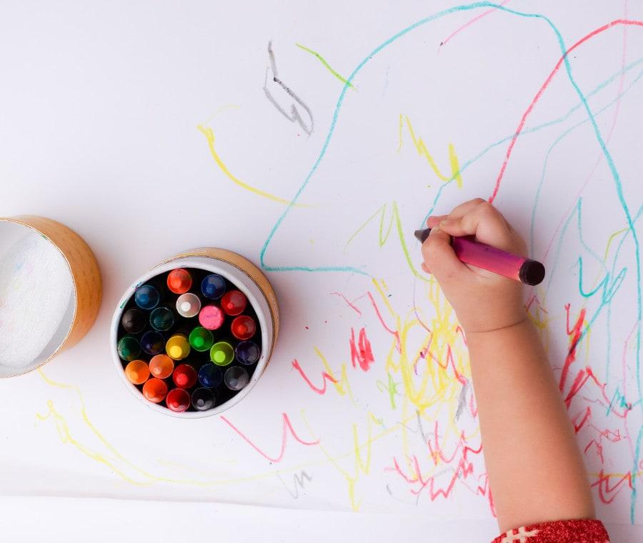 mano-bambino-e-matita
