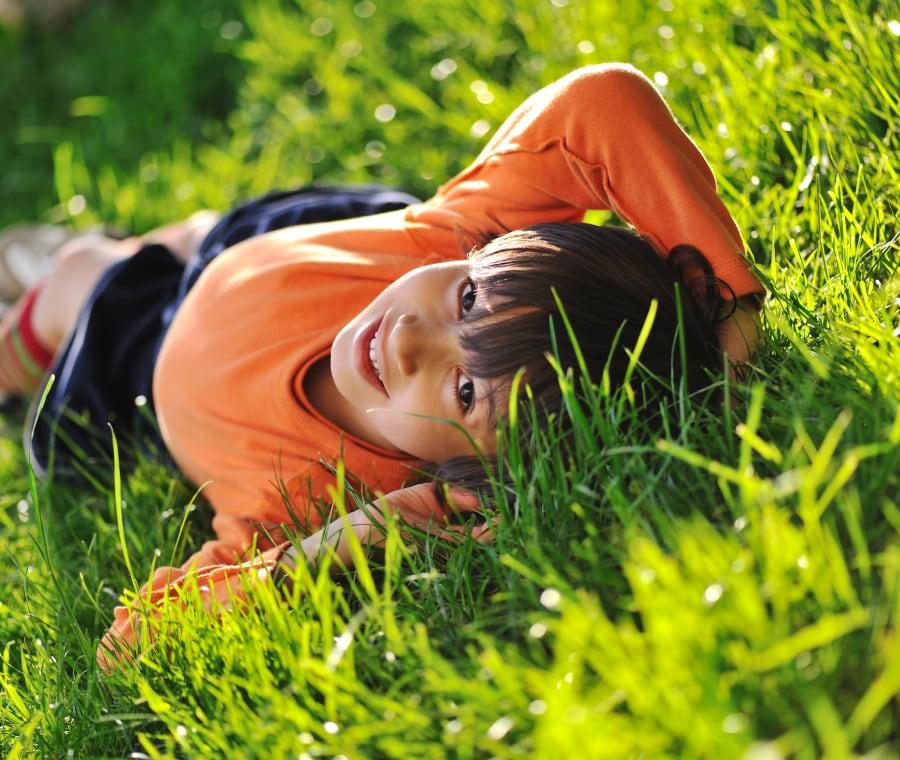 bambino-erba