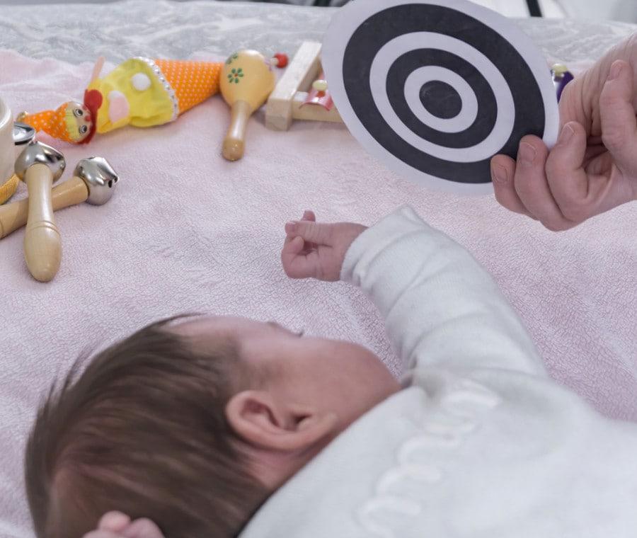 neonato-gioco-bianco-e-nero