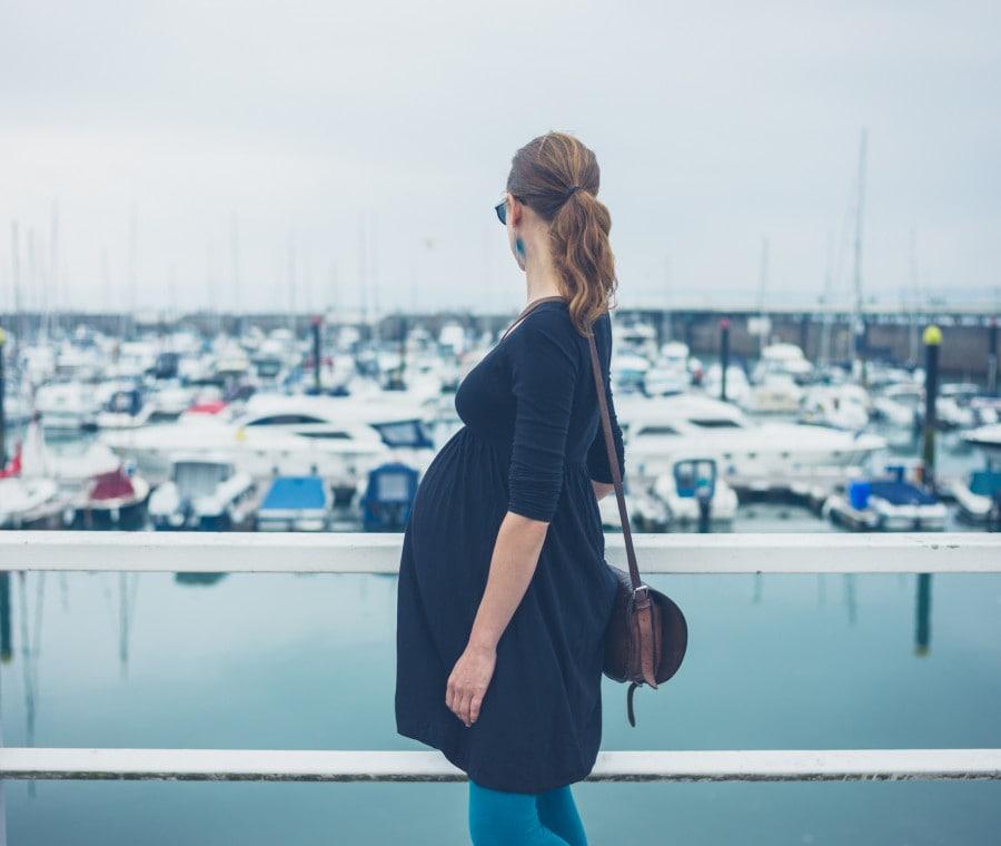 donna-incinta-nel-porto