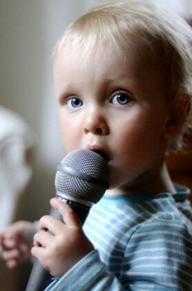 bambino_microfono