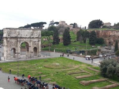 c.Colosseo_vista_dall-interno_sul_Palatino.jpg