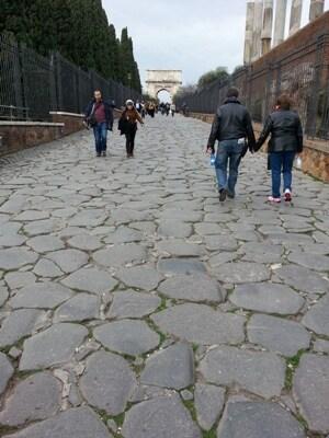 a_basolato_antico_tra_il-Colosseo-e-l-arco_di_Tito.jpg