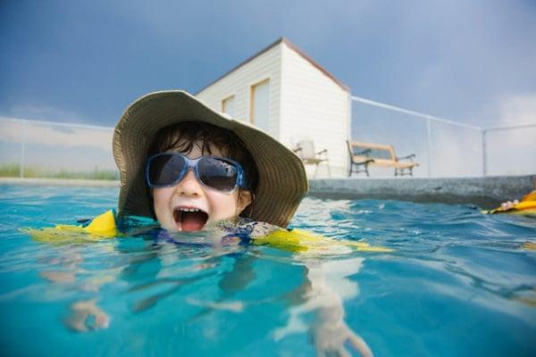 bambina-piscina