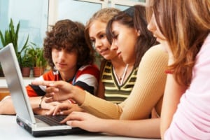 teenagers-adolescenti-Facebook-second-family-social-network-Internet-computer