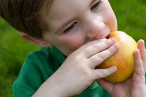 bambino-mangia-mela