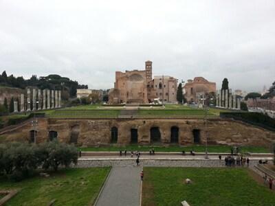 d.Colosseo_vista_dall-interno_sul_tempio_di_Venere-e-Roma-sulla-parte-del-colle-Velia-ancora-esistente.jpg