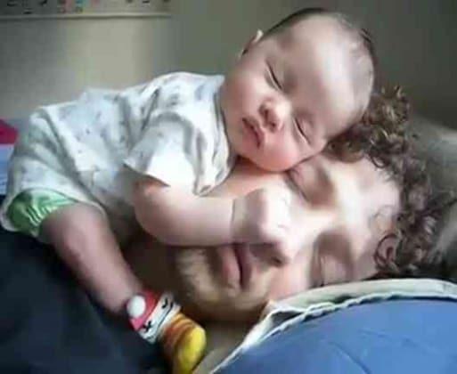 Molto Foto buffe di bambini che dormono in strane posizioni  KU23