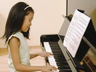 bambina_pianoforte.180x120