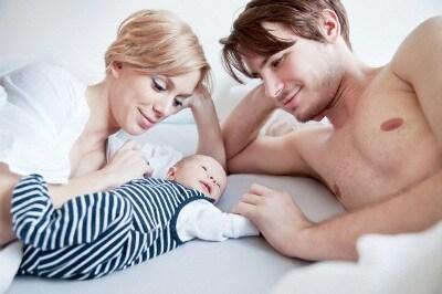 coppia_neonato_letto_sorrisi.jpg