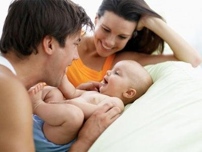famiglia-felice-letto