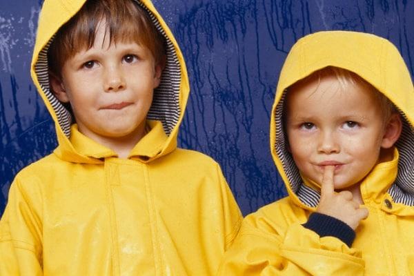 bambini-con-impermeabile.180x120