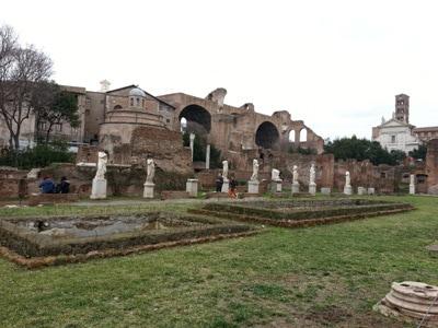 Roma visita al foro romano con i bambini for Cortile circolare