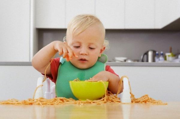 bambino-di-due-anni-mangia-gli-spaghetti