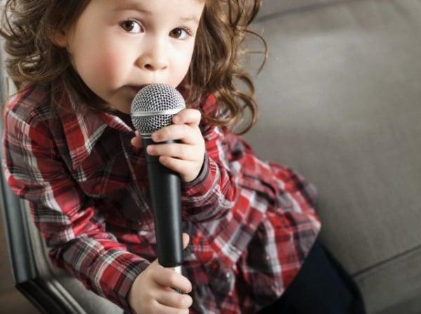 bambina_microfono
