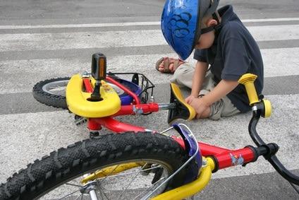 bambino-cade-dalla-bicicletta