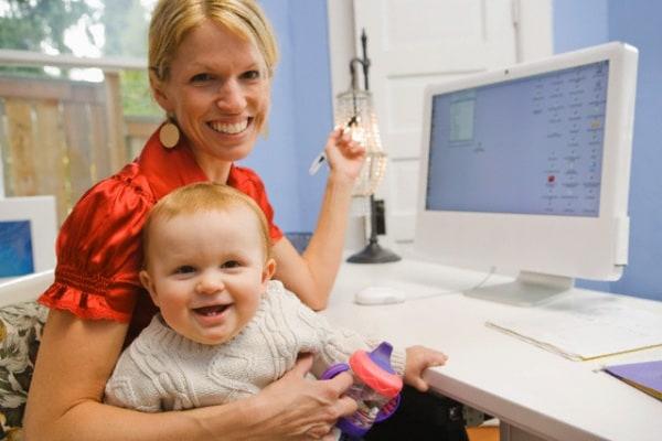 mamma-che-lavora-con-neonato