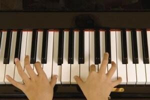 mani_pianoforte_suonare
