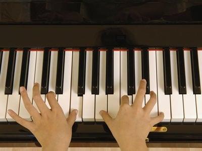 mani_pianoforte_suonare.180x120