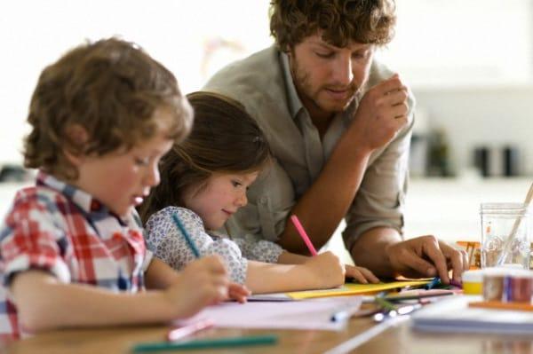 papa-fa-i-compiti-con-i-bambini