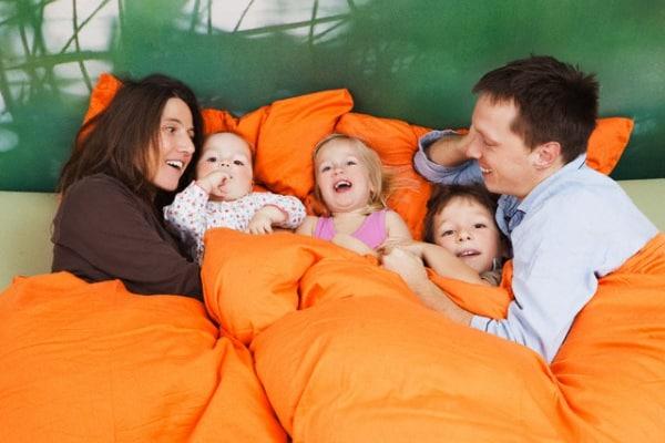 famiglia-con-tre-bambini