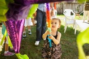bambina-gioco-compleanno
