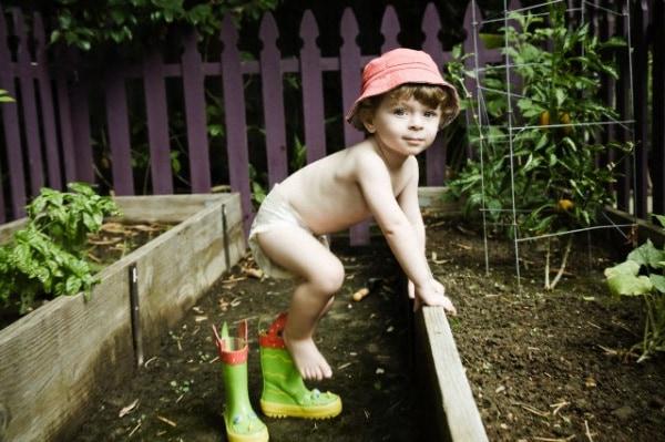 bambino_gioca_nella_terra