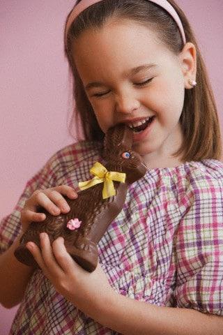 bambina-cioccolato-coniglio